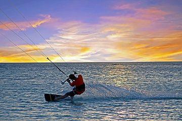 Kite surfing op de Caribbische Zee bij Aruba op de Nederlandse Antillen van Nisangha Masselink