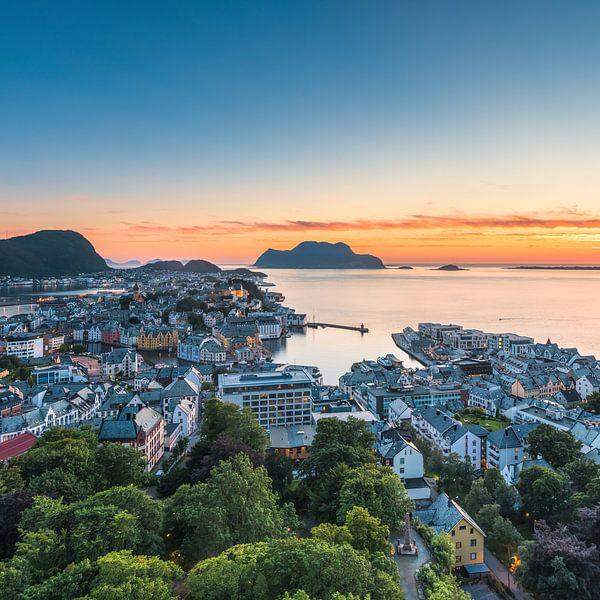 Alesund Norwegen bei Sonnenuntergang von Tom Uhlenberg