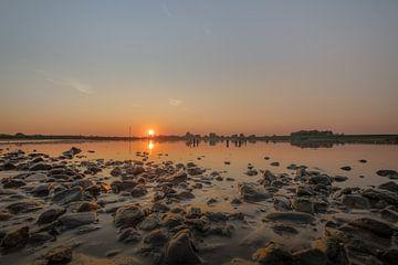 Stenen bij rivier De Lek tijdens zonsondergang van Moetwil en van Dijk - Fotografie