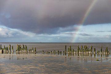 Regenbogen über dem Wattenmeer von Guus van der Linde
