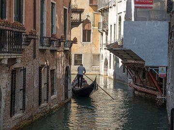 Gondelier in Venetie van Raymond Schrave