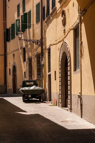 Piaggio Ape in straatje toscane van Erik van 't Hof