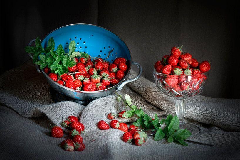 Stilleven met aardbeien en blauwe vergiet op linnen doek. van Marianne van der Zee