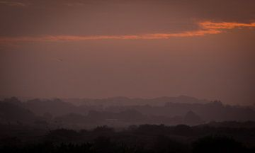 Mistige zonsondergang van Minie Drost