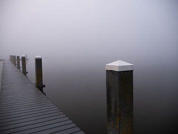 Meerpalen in de mist van Linda van der Meer