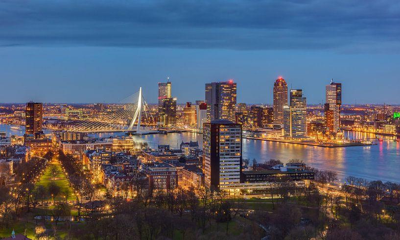Rotterdam Skyline in the evening van Michael Valjak