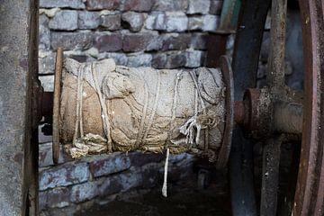 Alte Jutestücke mit Seilen um eine Radachse von Yke de Vos
