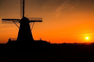 Silhouette einer Windmühle bei Sonnenuntergang von Rene Wassenbergh