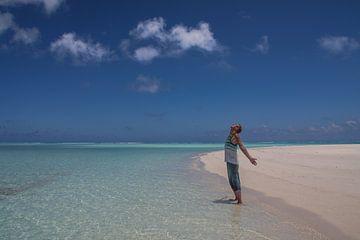 Man in paradise, Cook Islands van Erwin Blekkenhorst