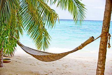Hangmat aan een tropisch strand van Henny Hagenaars