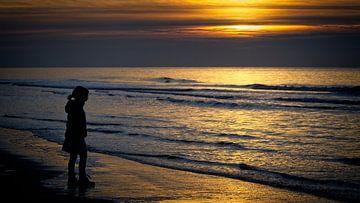 Kind speelt aan de kust van Danny Vroemen