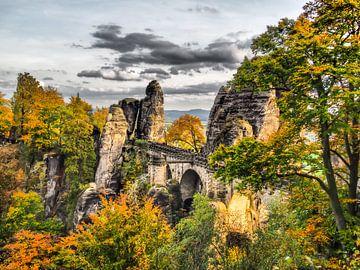 Uitzicht op de Bastei in het Elbezandsteengebergte in de herfst van Animaflora PicsStock