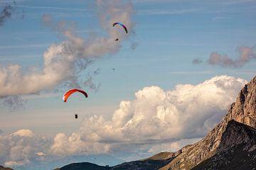 Paragliders in de Dolomieten van Rob Boon