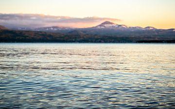 Lac Sevan au coucher du soleil sur Stijn Cleynhens
