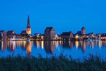 Uitzicht over de Warnow naar de Hanzestad Rostock bij blauw uur van Rico Ködder
