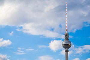 Fernsehturm - TV-toren Berlijn tegen blauwe lucht met enkele wolken