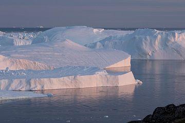 IJsbergen in Groenland bij avondlicht van Ralph Rozema