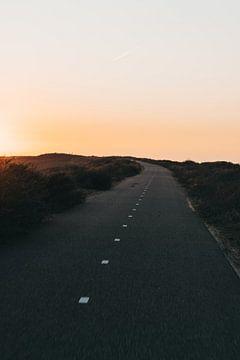 La route à travers les dunes sur