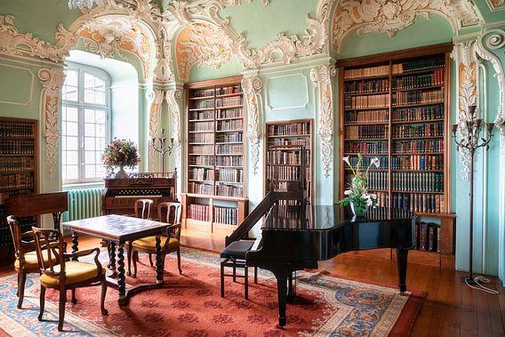 Bibliothèque abandonnée avec piano.