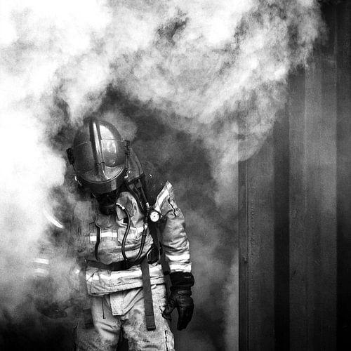 Brandweerman in rook, zwart wit