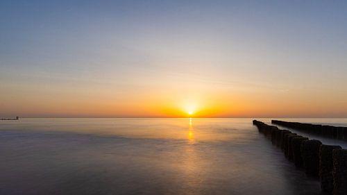 Panoramische zonsondergang op het strand.