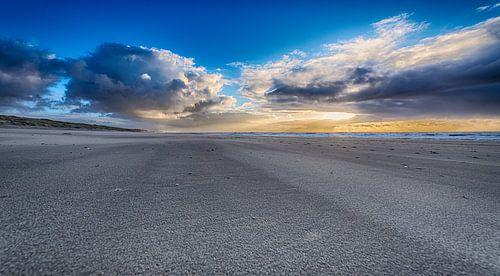 Alone on the beach van Alex Hiemstra