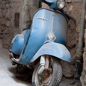 scooter in Airole, Italie van Arnoud Kunst