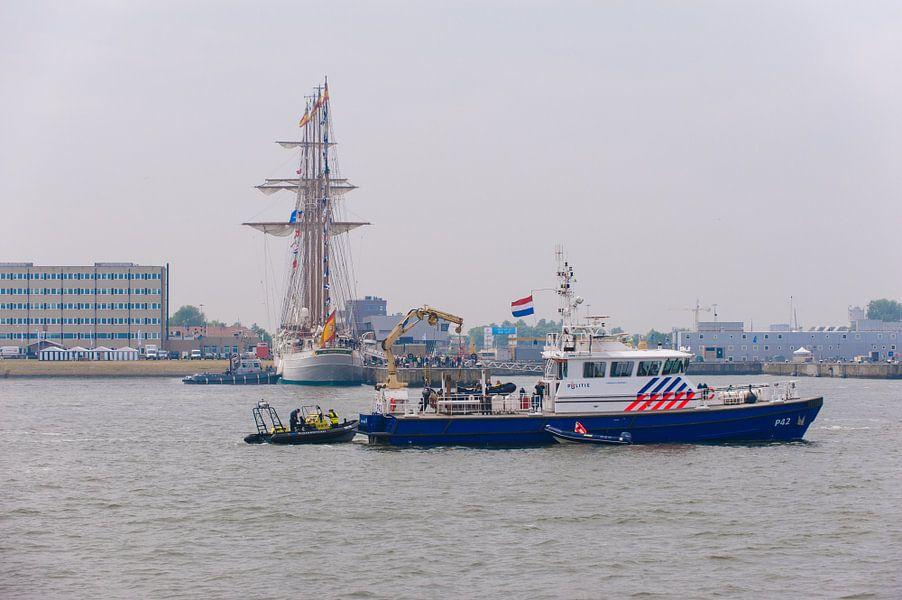 Politieboot bij Den Helder voor de haven
