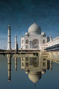 Surrealistische weergave van een weerspiegeling van de Taj Mahal in het water, Agra India. Wout Kok  von Wout Kok