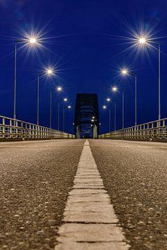 Avondfoto van de Oude IJsselbrug over de IJssel tussen Zwolle en Hattem van Sjoerd van der Wal