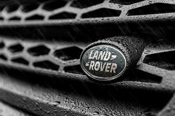 Range Rover grill closeup in de regen van Maikel van Willegen Photography