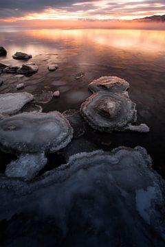 Roze water en blauw ijs op het Baikalmeer van Michael Semenov