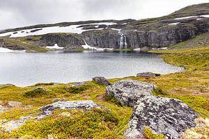 """Het Flotvatnet meer langs de """"Sneeuwweg"""" in Noorwegen"""