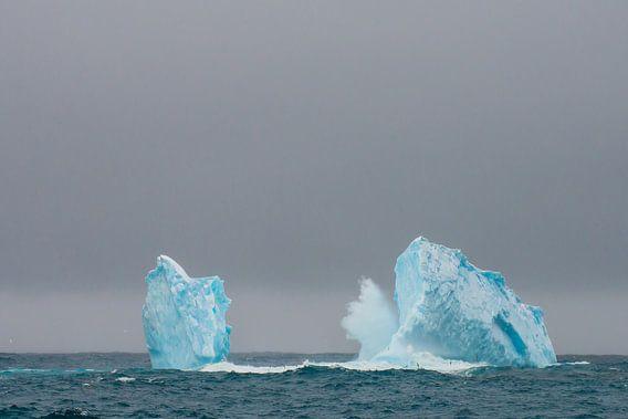 Golven breken op een ijsberg