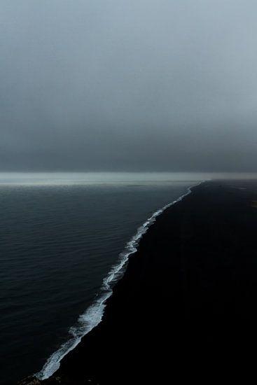 het zwarte zand van het strand bij Vik