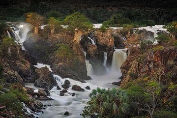 Epupa waterval met Baobabs groeiend op de kliffen von Nature in Stock