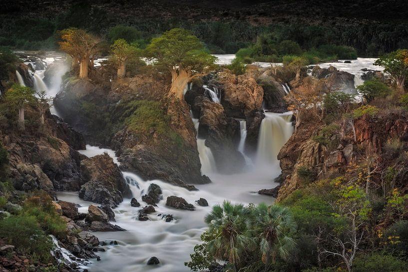 Epupa waterval met Baobabs groeiend op de kliffen van Nature in Stock