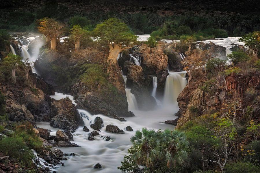 Epupa waterval met Baobabs groeiend op de kliffen