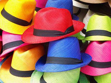 Gekleurde hoeden in Cartagena, Colombia van Henny Hagenaars