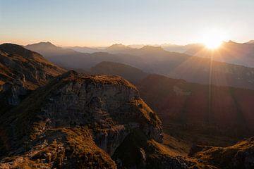 Schweizer Alpen, Berner Oberland, herrlicher Sonnenaufgang über hintereinader gestaffelten Bergkämme von wunderbare Erde