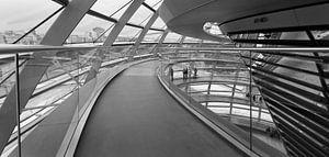 De transparante koepel van de Rijksdag in Berlijn van