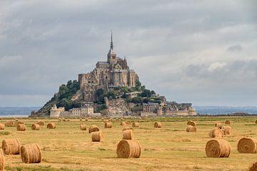 Hooibalen op de akker bij Mont Saint-Michel von Dennis van de Water
