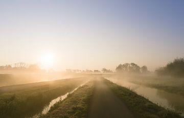 Mistige dijk van Koen Boelrijk Photography