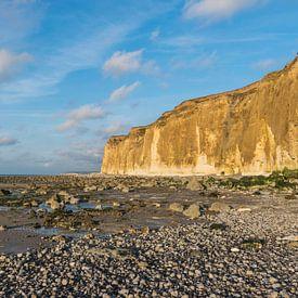 Klippen der Normandieküste in der Normandie, Frankreich, bei Ebbe und Flut. von Patrick Verhoef