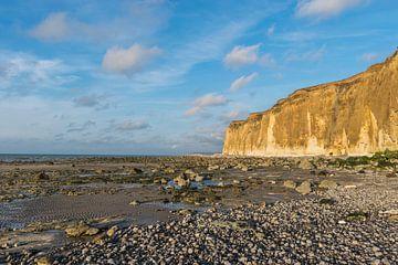 Kliffen van de Normandische Kust in Normandie, Frankrijk, tijdens de eb en zonsondergang