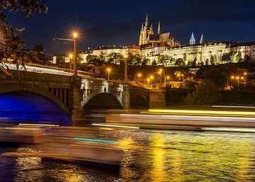 Château de Prague le soir avec des rayures de lumière sur l'eau sur Christa Thieme-Krus