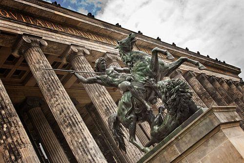 """Standbeeld in Berlijn bij het  """"Altes Museum"""" (Kleur)"""