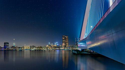 Aan de voet van de Erasmusbrug