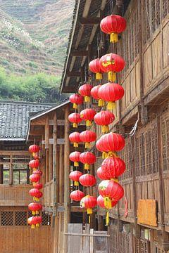 Rode lantaarns brengen geluk, China van Inge Hogenbijl