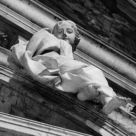 Standbeeld van een beschermengel in Rome   Zwart-wit foto I Reisfotografie van Diana van Neck Photography